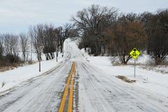 La neige a couvert la route de campagne de signe d'arrêt d'autobus image stock