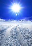 La neige a couvert la route et le soleil Photos libres de droits