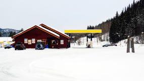 La neige a couvert la station service images stock