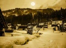 La neige a couvert la terre en hiver Ville avec le ciel nocturne et la pleine lune Images libres de droits