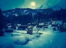 La neige a couvert la terre en hiver Ville avec le ciel nocturne et la pleine lune Image libre de droits