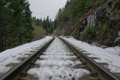 La neige a couvert la voie de chemin de fer menant aux chutes de Mossbrae dans Dunsmuir, la Californie Photo libre de droits
