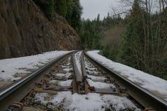 La neige a couvert la voie de chemin de fer menant aux chutes de Mossbrae dans Dunsmuir, la Californie Images stock