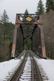 La neige a couvert la voie de chemin de fer menant aux chutes de Mossbrae dans Dunsmuir, la Californie Image stock