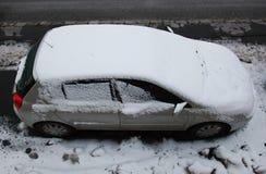 La neige a couvert la voiture Photo stock