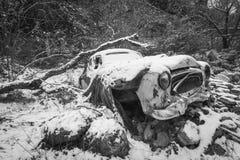 La neige a couvert la voiture d'ordure Image libre de droits