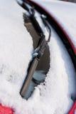 La neige a couvert la voiture, le winsdshield avant et le détail d'essuie-glace Images stock