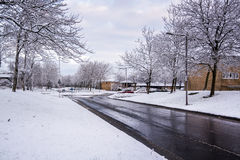 La neige a couvert la zone résidentielle en Milton Keynes 1 Photographie stock