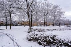 La neige a couvert la zone résidentielle en Milton Keynes 2 Photo stock