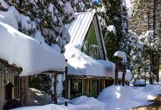 La neige a couvert le bâtiment de toit fait une pointe Photographie stock