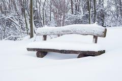 La neige a couvert le banc de stationnement Photo libre de droits