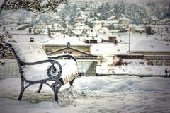 La neige a couvert le banc vide Photo libre de droits