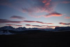 La neige a couvert le coucher du soleil de montagne de Durmitor de ciel de rougissement image stock