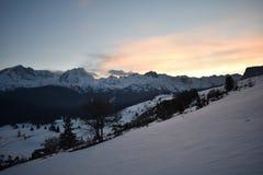 La neige a couvert le coucher du soleil de montagne de Durmitor de ciel de rougissement images stock