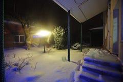 La neige a couvert le jardin dans l'arrière-cour, nuit d'hiver Photo stock