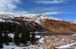La neige a couvert le lac mountain sur Sunny Day Image libre de droits