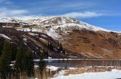 La neige a couvert le lac mountain sur Sunny Day Photographie stock libre de droits