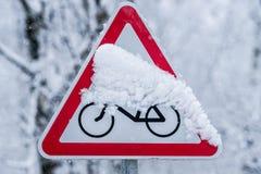 La neige a couvert le panneau routier de bicyclette images libres de droits