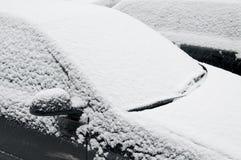 La neige a couvert le pare-brise Photos stock