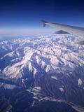 La neige a couvert le paysage de montagnes Images stock