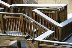 La neige a couvert le pont en bois Photo libre de droits