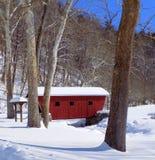 La neige a couvert le pont rouge image stock