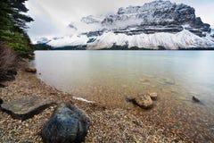 La neige a couvert le projectile de crêtes de montagne du rivage Photographie stock libre de droits