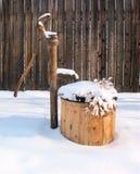 La neige a couvert le puits d'eau Photos stock