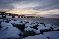 La neige a couvert le rocher par la passerelle de Ãresund Images libres de droits