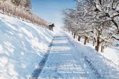 La neige a couvert le sentier piéton dans la saison d'hiver Images stock