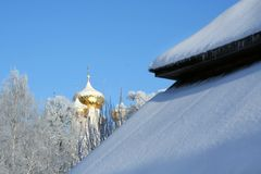 La neige a couvert le toit Image libre de droits