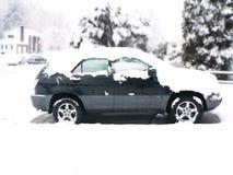 La neige a couvert le véhicule Image stock