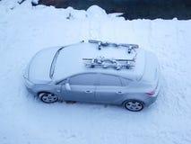 La neige a couvert le véhicule en hiver Photographie stock