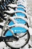 La neige a couvert les bicyclettes de location Images stock