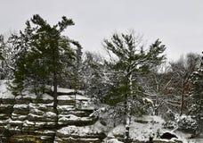 La neige a couvert les formations #1 de grès photographie stock