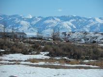La neige a couvert les montagnes rouges images libres de droits