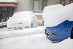 La neige a couvert les voitures et la route Photographie stock libre de droits