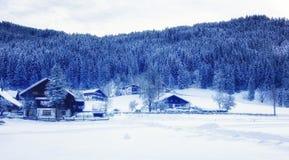 La neige a couvert la maison dans les alpes autrichiennes photo libre de droits