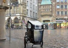 La neige a couvert la poussette à Munster photos libres de droits