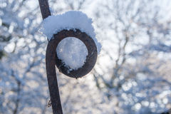 La neige a couvert Rusty Pole Photos stock