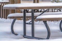 La neige a couvert la table de sièges en Eagle Mountain images libres de droits