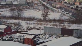 La neige a couvert la vieille boutique de silencieux dans le secteur coopératif de garage au grand secteur de dortoir à Moscou au banque de vidéos