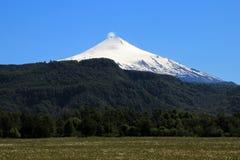 La neige a couvert Volcano Villarica, Chili image libre de droits