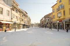 La neige dérive dans la rue principale de Pomorie, Bulgarie, l'hiver 2017 Photo libre de droits