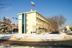 La neige dérive près de l'édifice public dans le Bulgare Pomorie, l'hiver 2017 Photos stock