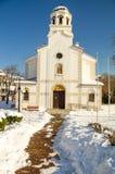 La neige dérive près de l'église de la nativité de la Vierge bénie dans Pomorie, Bulgarie Photographie stock