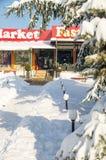La neige dérive près du supermarché central dans Pomorie, Bulgarie, l'hiver 2017 Photographie stock