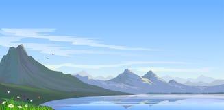 La neige d'Alpes a fait une pointe les collines et le lac Photos libres de droits