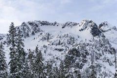 La neige d'hiver a couvert des crêtes de sommet de montagne de Rolling Hills et de Rocky Cliffs Image libre de droits