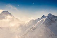 La neige d'hiver a couvert des montagnes Photos stock